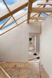 Zolderruimte in aanbouw met gipsgipsplaten Dakwerkbouw Binnen Houten het Huisbouw van het Dakkader stock afbeelding