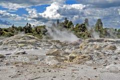 Zolfo dal geyser di Whakarewarewa al parco termico di Te Puia in Nuova Zelanda Immagine Stock Libera da Diritti