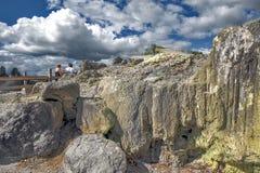 Zolfo dal geyser di Whakarewarewa al parco termico di Te Puia in Nuova Zelanda Fotografie Stock