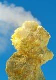 Zolfo del vulcano di Ebeko, isola di Paramushir, isole di Kuril, Russ Immagini Stock