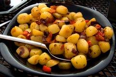 Zolla con le patate cotte fresche fotografia stock