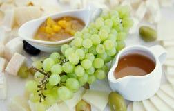 Zolla di formaggio con l'uva Immagine Stock