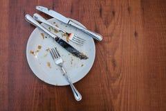 Zolla sporca Piatto vuoto dopo il posto di cibo sulla tavola di legno in caffetteria fotografia stock libera da diritti