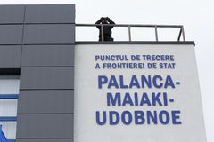 Zollbeamten an der Einweihung neuer ukrainischer Grenze Palanca Moldovans stockfotografie