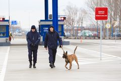 Zollbeamten an der Einweihung neuer ukrainischer Grenze Palanca Moldovans lizenzfreie stockbilder
