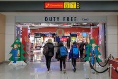 Zollfrei in einem Flughafen lizenzfreie stockbilder