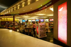 Zollfrei am Suvarnabhumi Flughafen stockfotos