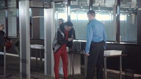 Zollgrenzepunkt im Flughafen stock footage