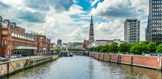 Zollkanal con la chiesa della st Catherine nel distretto del magazzino, Amburgo, Germania immagine stock