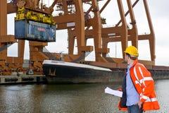 Zollkontrolle an einem industriellen Hafen Stockfotos