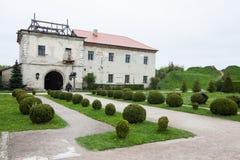 Zolochiv,乌克兰- 2017年5月02日:美丽的宫殿城堡和装饰庭院在利沃夫州地区在欧洲 Zolochiv城堡在Ukrain 免版税库存图片
