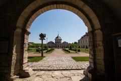 Zolochiv, Ucrania - 23 de julio de 2009: Tubo principal al castillo hermoso del palacio en la región de Lviv en Europa El parque  Imagenes de archivo