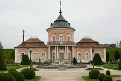 Zolochiv Ukraina, MAJ, - 02 2017: Pięknego pałac grodowy i ornamentacyjny ogród w Lviv regionie w Europa Właściciel kasztel w Obraz Royalty Free