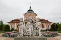 Zolochiv Ukraina, MAJ, - 02 2017: Statua trzy chłopiec w ogródzie kasztel w Zolochiv Zdjęcia Stock