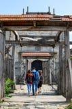 ZOLOCHIV, UKRAINE - 24 août 2017, les touristes entrent dans les vieilles portes du château de Zolochiv Le château de Zolochiv es images stock