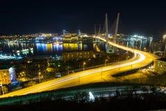 Zolotoy金黄桥梁是横跨Zolotoy Rog金黄垫铁的缆绳被停留的桥梁在符拉迪沃斯托克,俄罗斯 库存图片