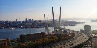 Zolotoy y x28; Golden& x29; puente vladivostok fotos de archivo libres de regalías