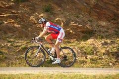 Zolt Der cyklist från Serbia att rida som är stigande till Paltinis Fotografering för Bildbyråer