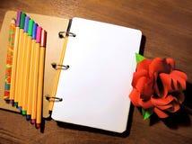 Zombaria acima da foto cor-de-rosa da flor da peônia do papel do lápis da pena do livro de nota Imagens de Stock