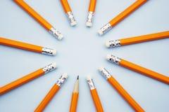 Zombaria acima de pronto para adicionar o texto Negócio ou conceito educacional Lápis amarelos no fundo azul foto de stock