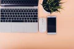 A zombaria acima do laptop do portátil da vista superior tem a montagem, o smartphone e a jardineira fotografia de stock royalty free