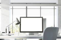 Zombaria acima do tela de computador no escritório branco Fotos de Stock Royalty Free