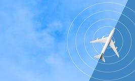 Zombaria acima do voo do avião no céu azul curso do transporte fotos de stock