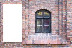 Zombaria acima Quadro de avisos vazio fora, propaganda exterior, placa da informação pública na parede de tijolo vermelho velha Fotos de Stock