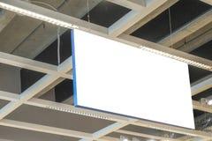Zombaria acima Signage vazio branco retangular horizontal, interior da placa da informação no shopping, loja fotos de stock