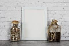 Zombaria branca de madeira vertical do quadro da foto acima com as plantas em um vaso, e no vaso decorativo dos feijões de café E imagens de stock