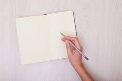 Zombaria criativa acima da disposição feita com espaço da cópia na tabela Abra o bloco de desenho Mão Imagem de Stock