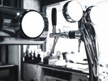 Zombaria da aba da cerveja acima do fundo do contador da barra do bar fotos de stock royalty free