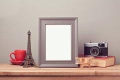 A zombaria do cartaz acima do molde com torre Eiffel e o vintage filmam a câmera Curso e turismo imagens de stock