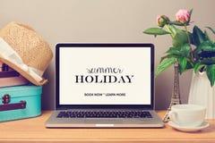 Zombaria do laptop acima do molde Férias das férias de verão do planeamento imagens de stock royalty free