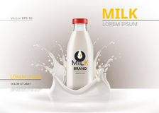 Zombaria do pacote da garrafa de leite acima do vetor realístico Fundo líquido do respingo Foto de Stock Royalty Free