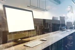Zombaria do tela de computador acima no toend do escritório Imagens de Stock