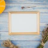 Zombaria dourada do quadro acima com abóboras de outono Fotografia de Stock