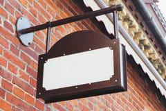 Zombaria exterior vazia do signage do negócio do vintage acima imagens de stock
