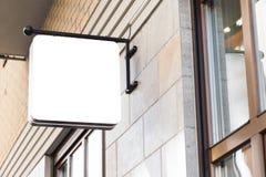 Zombaria exterior vazia do sinal da empresa acima Fotografia de Stock