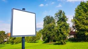 Zombaria isolada branca pública urbana da bandeira do anúncio do molde do trajeto de grampeamento do sinal vazio do quadro de avi fotografia de stock royalty free