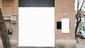 Zombaria isolada branca pública urbana do molde do anúncio do trajeto de grampeamento do grande sinal vazio da bandeira da propag fotografia de stock