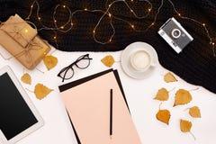 Zombaria romântica do outono acima Folha do papel cor-de-rosa, folhas amarelas e alaranjadas, lápis, copo do cappuccino e câmera  Foto de Stock