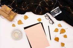 Zombaria romântica do outono acima Folha do papel cor-de-rosa, folhas amarelas e alaranjadas, lápis, copo do cappuccino e câmera  Imagens de Stock Royalty Free