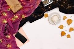 Zombaria romântica do outono acima Folha do papel cor-de-rosa, folhas espertas, amarelas e alaranjadas, lápis, copo do cappuccino Imagem de Stock