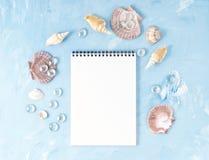 Zombe acima com quadro da concha do mar, bloco de notas no contexto da pedra azul, espaço da cópia Conceito do verão do feriado p Foto de Stock Royalty Free