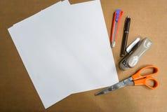 Zombe acima da folha do papel A4 com scissor, pena e escritório estacionários fotografia de stock