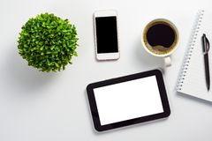 Zombe acima da mesa de escritório com o PC branco vazio da tabuleta da tela, o potenciômetro preto do smartphone da tela da placa foto de stock royalty free