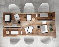 Zombe acima da tabela de conferência da reunião com acessórios do escritório e computadores, fundo interior do moderno, fotos de stock royalty free