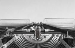 Zombe acima de uma folha de papel vazia em uma máquina de escrever do vintage Imagens de Stock