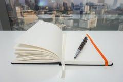 Zombe acima do bloco de notas para tomar minutos com a pena luxuosa no escritório Imagem de Stock